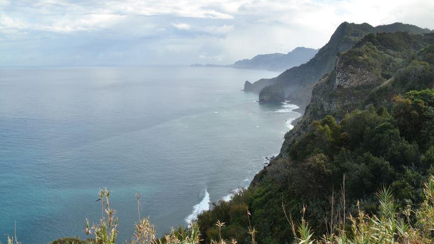 Santana, Madeira, Portugal. Uitzicht op de kustlijn. Rechts bergen en links de zee.