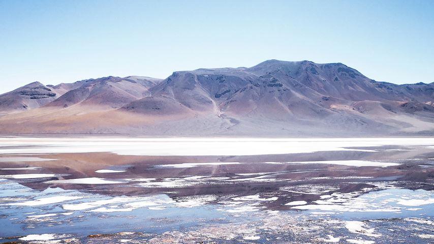 Het Reserva Nacional Los Flamencos in Chili. Een meer, bergen en rood zand.