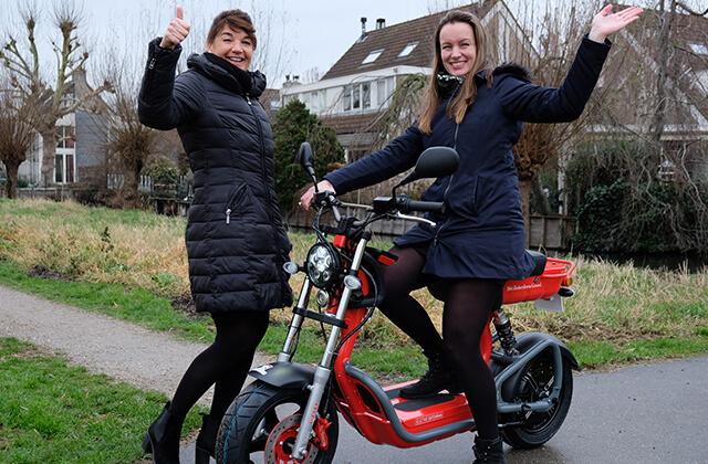 meisje op elektrische scooter